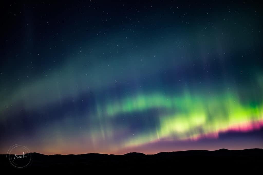 Flerfärgat norrsken i skymningsljuset