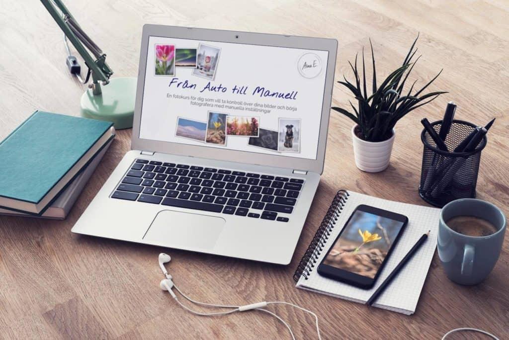 Fotokurs online via Skype visas på en laptop på ett skrivbord